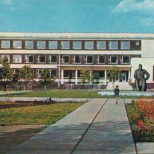 Чебоксары. Памятник И.Я. Яковлеву у здания республиканской библиотеки, 1973 год