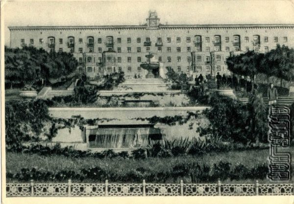 Сквер и новый жилой дом на улице Свободной Академии Харьков, 1955 год
