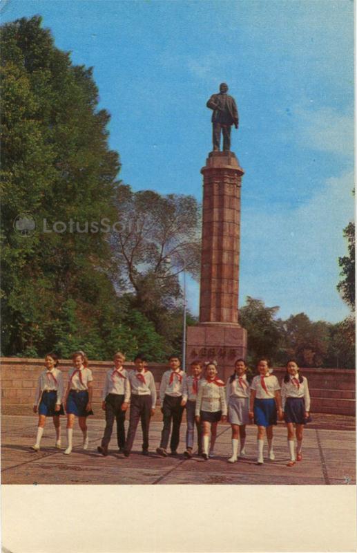 У памятника В.И. Ленину. Фрунзе (1974 год)