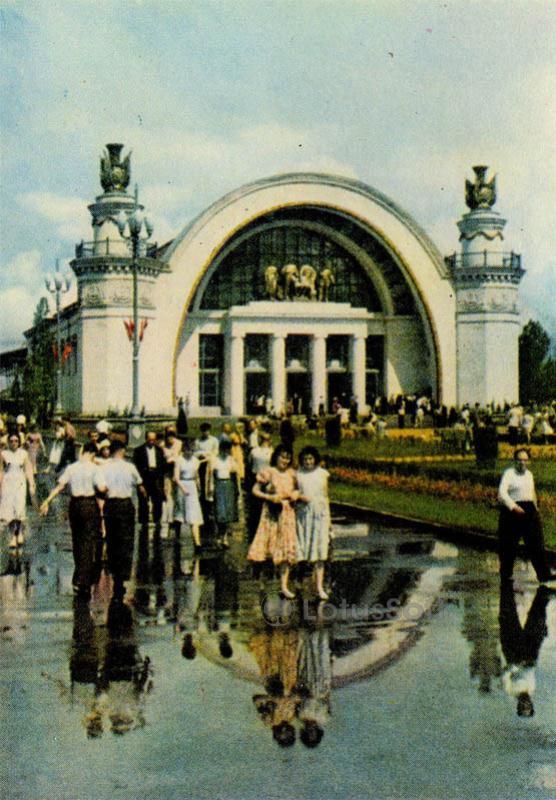 На выставке передового опыта в народном хозяйстве УССР. Киев, 1966 год