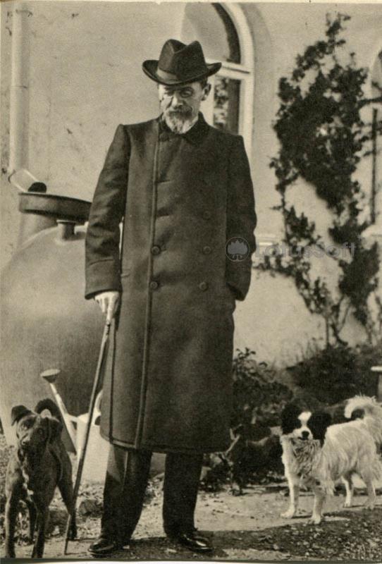 Чехов А.П. у своего дома в Ялте с собаками Тузиком и Каштаном 18 апреля 1904 г, 1970 год