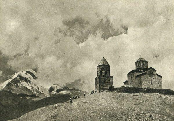 Военно-грузинская дорога. Старинный монастырь Цминда-Самеба на пути к Казбеку, 1955 год