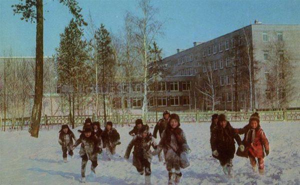 Из школы в морозный день. Ангарск, 1974 год