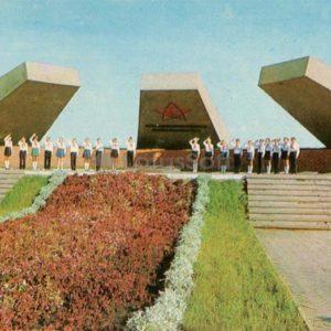 Памятник курсантам артиллеристам, защитникам Левобережья. Днепропетровск, 1976 год