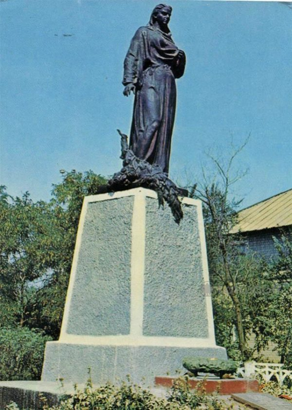 """""""The Motherland Calls"""" monument on the grave of the Young. Krasnodon, 1975"""
