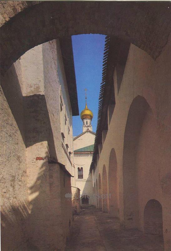 Проход вдоль внутренней кремлевской стены. Ростов Великий, 1984 год