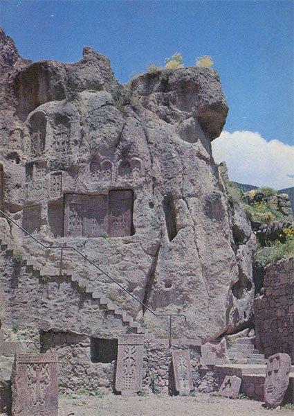 Хачкары в скале. Гехард. Армения, 1981 год