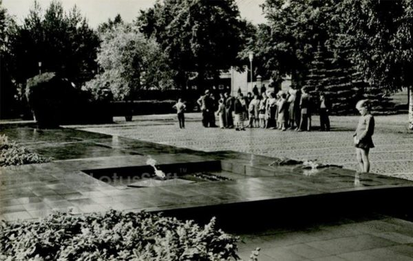"""Мемориал """"Братская могила и могила неизвестного солдата"""". Петрозаводск, 1984 год"""