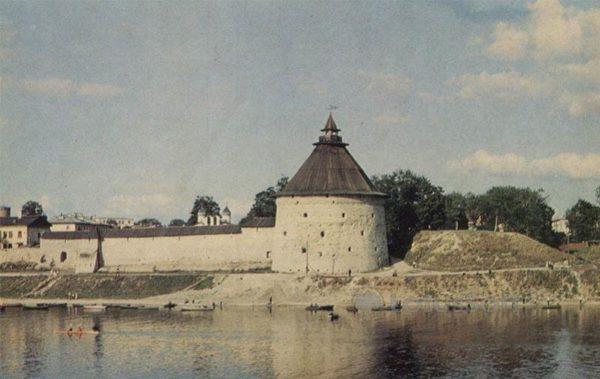 Крепостная стена на правом берегу реки Великой. Покровская башня. Псков, 1973 год
