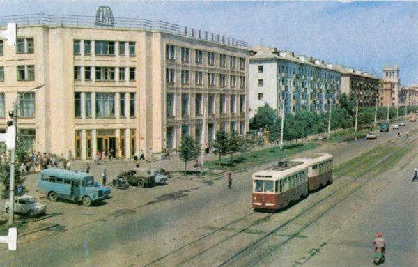 У центрального универмага. Комсомольск-на-Амуре, 1975 год