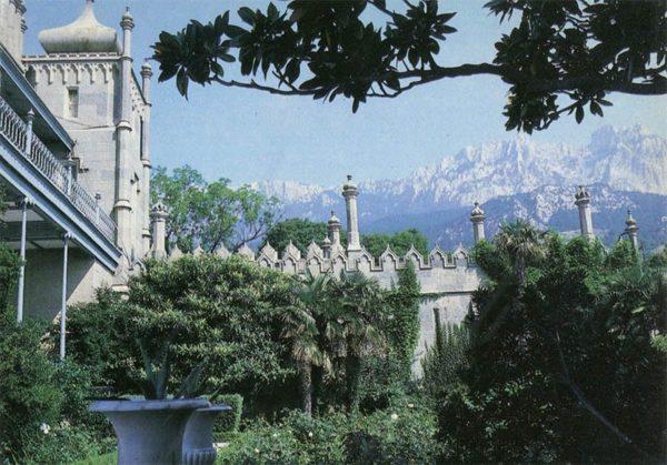 Вид из парка на Ай-Петри. Алупкинский дворец-музей. Крым, 1988 год