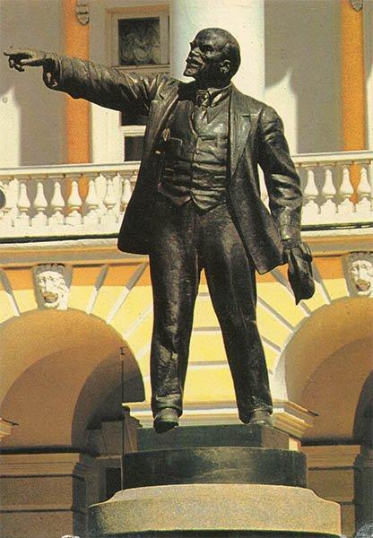 Памятник В.И. Ленину перед Смольным. Ленинград, 1984 год