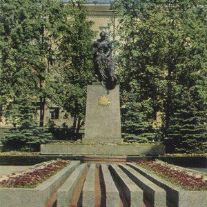 Братская могила воинов и подпольщиков на площади труда, Гомель, 1979 год