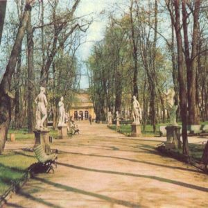 В аллее. Скульптуры работы итальянских мастеров, 1971 год