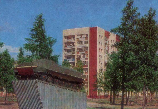 Вездеход, установленный в честь первопроходцев, Надым, 1987 год