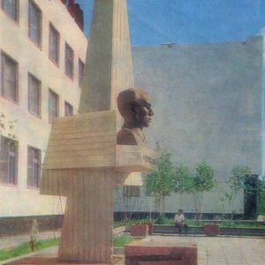 Памятник Н. Островскому у здания школв N1, Надым, 1987 год
