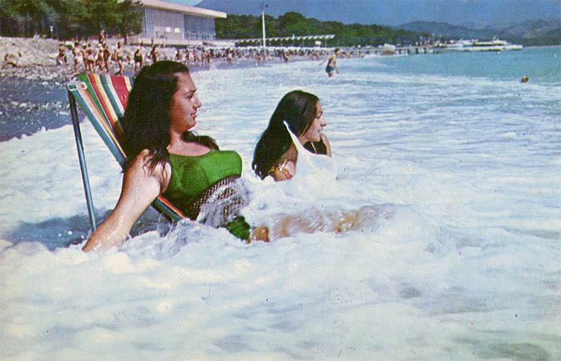 На пляже, Пицунда, 1970 год